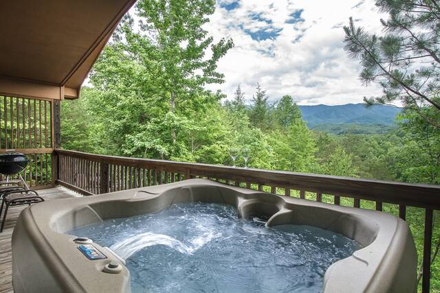 Country bear hideaway gatlinburg chalets cabin rentals for Cabin in gatlinburg with hot tub
